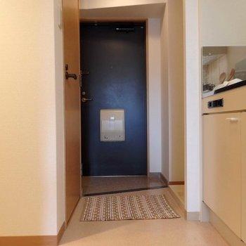 玄関スペース。※写真は同間取り別部屋