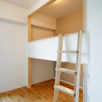 上は寝床。下は収納にいかが?