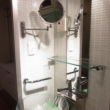 実験室みたいで心をくすぐる洗面台 ※写真は別部屋