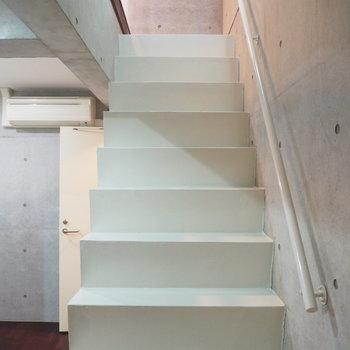 階段は手すりがなくすっきり