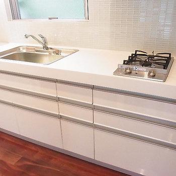 キッチンは収納ばっちり、けっこう大きめです ※写真は別部屋