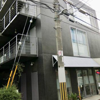 住宅街の中にカッコいいデザイナーズマンション。