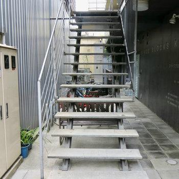 クールな階段がお出迎え。