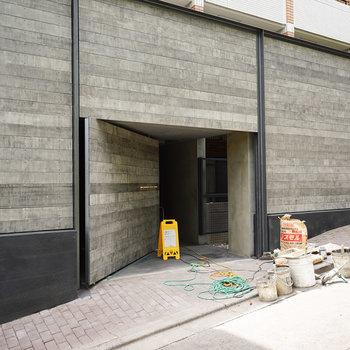 重厚感のある扉の奥にはオートロックとセキュリティ面も整っていきます※写真は工事中