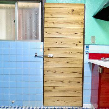 キッチン横には謎のドア