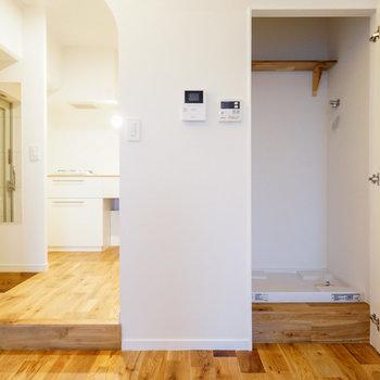 洗濯機はリビングに。扉で隠せます!※写真は前回募集時のものです。