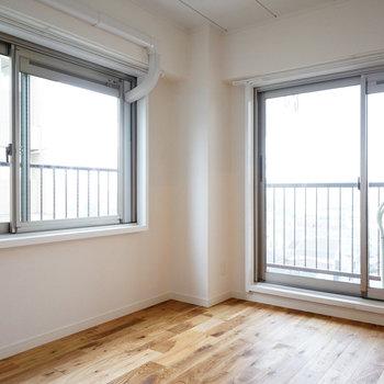 リビング隣の寝室は2面採光!※写真は前回募集時のものです。
