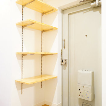 玄関は白のタイルに可動棚!※写真は前回募集時のものです。