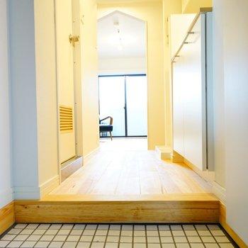 玄関タイルは可愛らしく白に※写真は前回施工の402号室