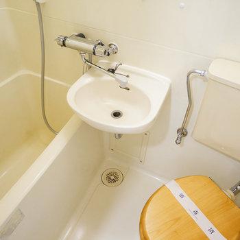 3点ユニットのトイレは木製便座を!