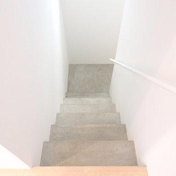 階段はコンクリートとひんやりクール