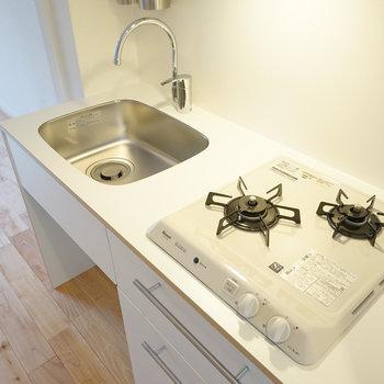 キッチンはTOMOSオリジナル2口ガス!※写真は201号室