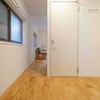 玄関側から。奥に居室、手前に水回りです!※写真は前回募集時のもの