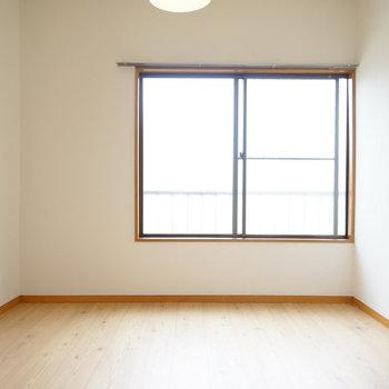 こちらは4.5帖の洋室に。2面採光!