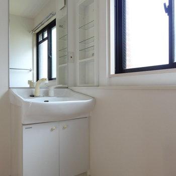 窓がある明るい洗面で一日のはじまりをスッキリ。
