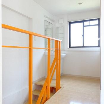 階段のぼってすぐ洗面台。
