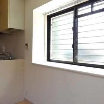 キッチン側は出窓です。