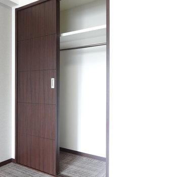 クローゼットは1人分なら十分な大きさ。※写真は8階の反転間取り別部屋のものです