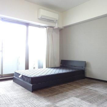 こんな感じで窓際にベッド置いて朝日で目覚めましょ。※写真は8階の反転間取り別部屋のものです