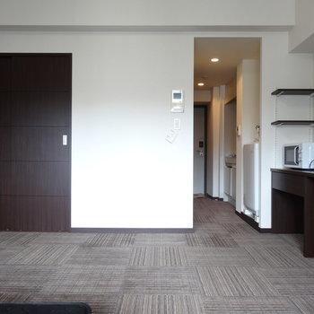 床はふかふかカーペットです。※写真は8階の反転間取り別部屋のものです