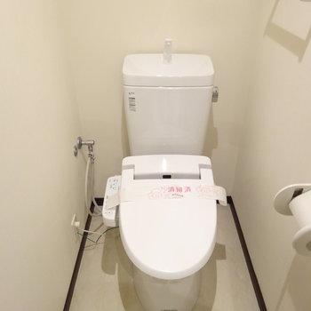 トイレはウォシュレット付き!※写真は8階の反転間取り別部屋のものです