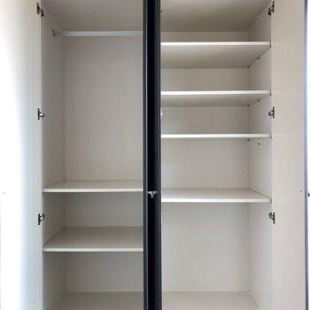 コンパクトなクローゼットと、高さ調節可能な収納棚。