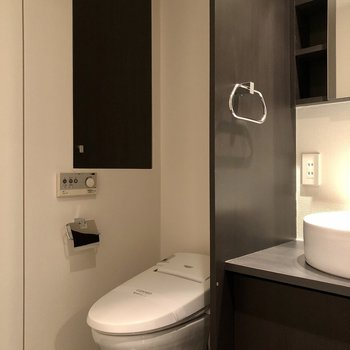 軽く仕切られた奥にトイレが。上部に見える扉を開けると、ストックを収納可能です。