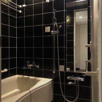 お風呂も黒タイルでかっこいい雰囲気。