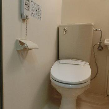 トイレはコンパクトに ※写真は別部屋です