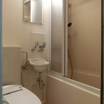 お風呂場には仕切りが。 ※写真は別部屋です