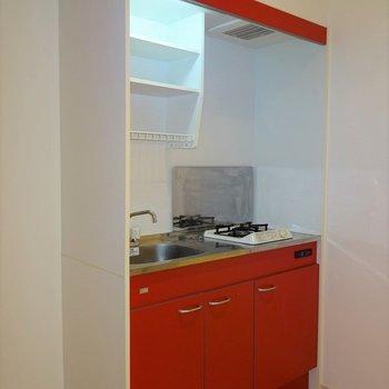 赤のキッチンが印象的