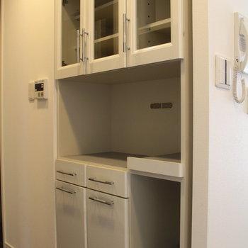 キッチンの裏にも食器などたくさん入りますね。