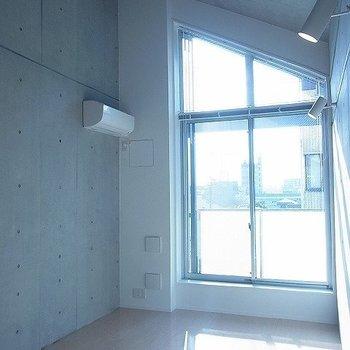 三角窓からお日様がよく入ります※写真は別部屋