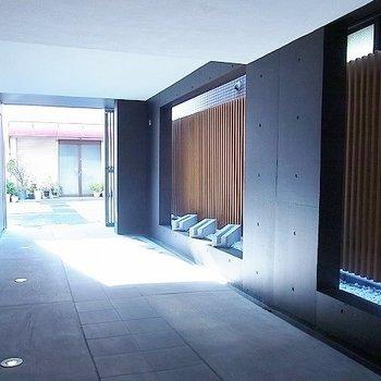 黒のコンクリート壁とルーバーで和モダンなエントランス
