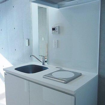 キッチンはシンプルホワイトモ※写真は別部屋