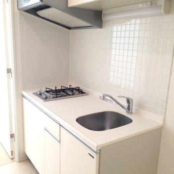 ガス2口のキッチン ※写真は1階の反転間取り別部屋です。