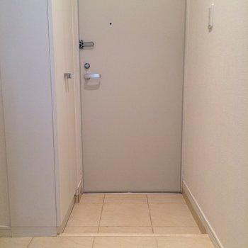 玄関はシンプル ※写真は1階の反転間取り別部屋です。