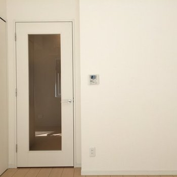 窓側からお部屋を撮影 ※写真は1階の反転間取り別部屋です。