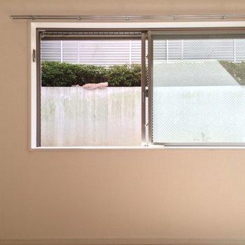 大きめのサイズ感の窓! ※写真は1階の反転間取り別部屋です。