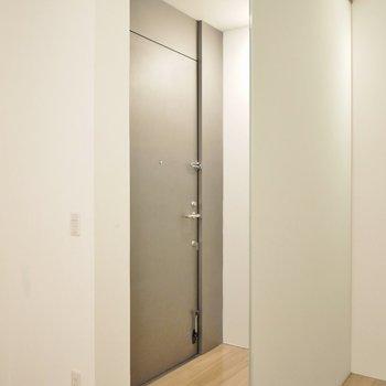 玄関を開けてもスリガラスでプライバシーも守ります。