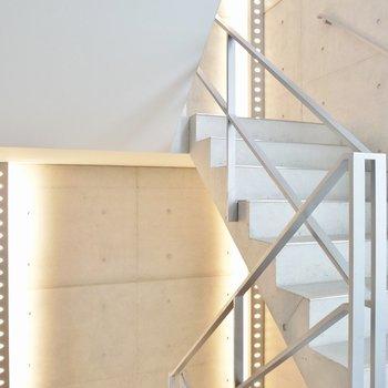 ただの階段なのに間接照明だけで素適な階段に見える