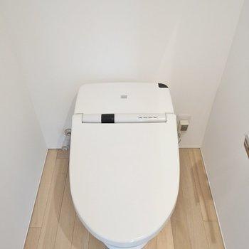床のデザインが映える真っ白トイレ。完全個室です