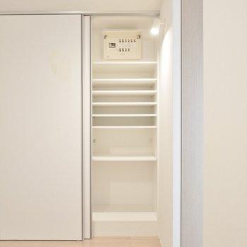 収納棚は可動式。お隣は洗濯機置き場です