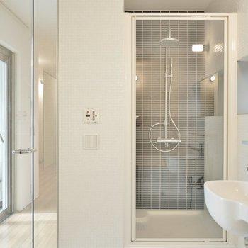 もちろんシャワーもガラス張りで開放感◎