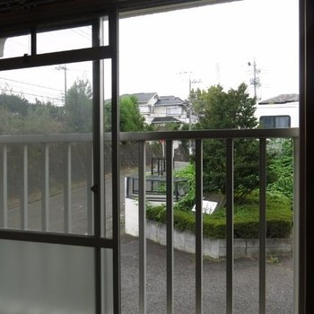 寝室の眺望は1階ですが、まずまず。※写真は104号室