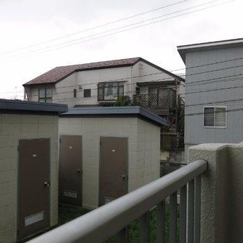 眺望はこんな感じ。手前のは住戸一つづつある倉庫。もちろん使えます!!※写真は104号室