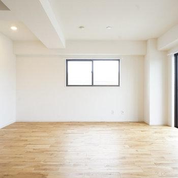 シンプルなお部屋にはアクセントになる色の家具を◎