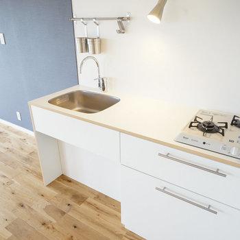 キッチンは2口ガスのシンプルデザイン!