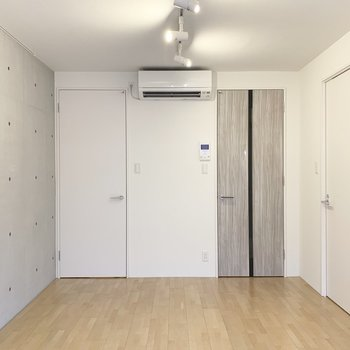 コンクリート打ちっ放しのかっこいいお部屋。(※写真は2階の同間取り別部屋のものです)