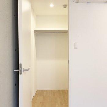 収納はエアコン下の扉の中。(※写真は2階の同間取り別部屋のものです)